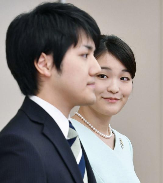婚約内定会見のときの小室圭さんと眞子さま(C)共同通信社
