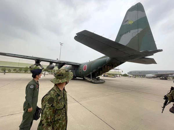 500人もの退避希望者を空港まで到達させられず、かくて空のまま帰路に…(C)共同通信社