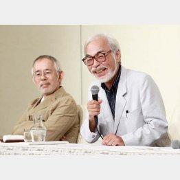 2013年の引退会見での宮崎駿監督(右)と鈴木敏夫プロデューサー(C)日刊ゲンダイ