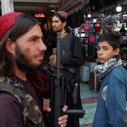 カブールの市場を見回るタリバン兵士