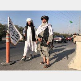 首都カブールで、M16銃を手に持ち内務省の外に立つタリバン戦闘士(C)ロイター