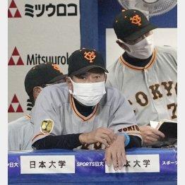 初回に戸郷が2者連続本塁打を浴び、険しい表情の原監督(C)共同通信社