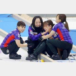 北海道銀行に勝って喜ぶロコ・ソラーレのメンバー(代表撮影)