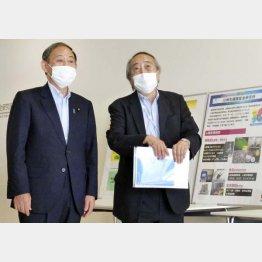 PCR検査を抑制したことが最初の大きな間違いだった(菅首相と岡部信彦氏)/(C)共同通信社