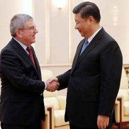 習近平中国国家主席(右)とIOCバッハ会長、北京五輪成功に向けがっちり握手