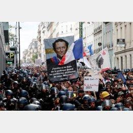 パリでは9週連続でワクチンパスポートへの抗議デモ(C)ロイター
