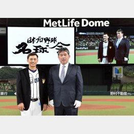 通算2000安打達成セレモニーで野茂英雄氏(右)から名球会のブレザーを贈られた西武・栗山(C)共同通信社