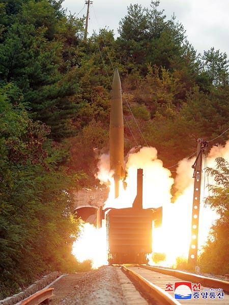 北朝鮮中部で、鉄道車両から発射された短距離弾道ミサイル(C)ロイター/朝鮮中央通信