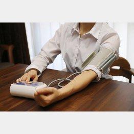 こまめに血圧測定(C)PIXTA