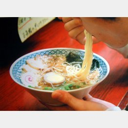 減塩でスープは残して(C)日刊ゲンダイ