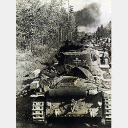 地雷が埋められた地域を進むドイツ軍(C)Album /Documenta/共同通信イメージズ