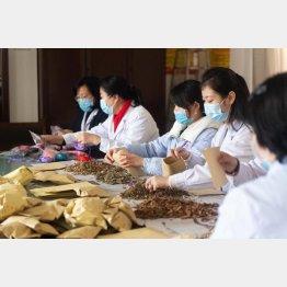 漢方薬の香り袋を作るスタッフ(C)新華社/共同イメージズ
