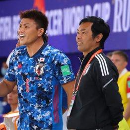 ロシアW杯得点ランク3位の赤熊(左)と田畑コーチ
