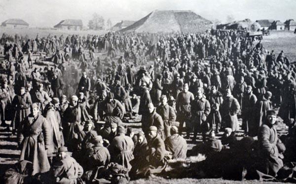 ドイツ軍に捕らえられたロシア人捕虜(C)World History Archive/ニューズコム/共同通信イメージズ