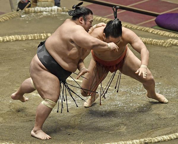豊昇龍(右)は貴景勝に敗れはしたが…(C)共同通信社