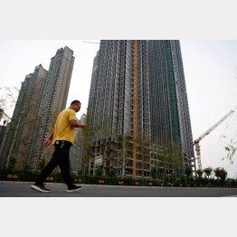 「中国恒大集団」が開発していた建設途中のままの高層マンション群(洛陽市)/(C)ロイター