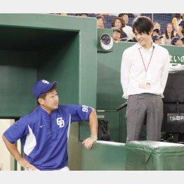 上重聡アナ(右)と談笑する松坂(C)日刊ゲンダイ