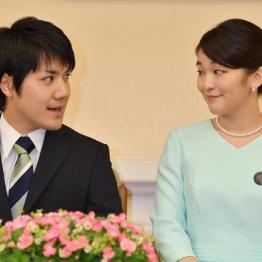 """""""ロン毛""""で目撃された小室圭さんは超VIP帰国 結婚延期から3年半…眞子さまとの記者会見で何を語る"""