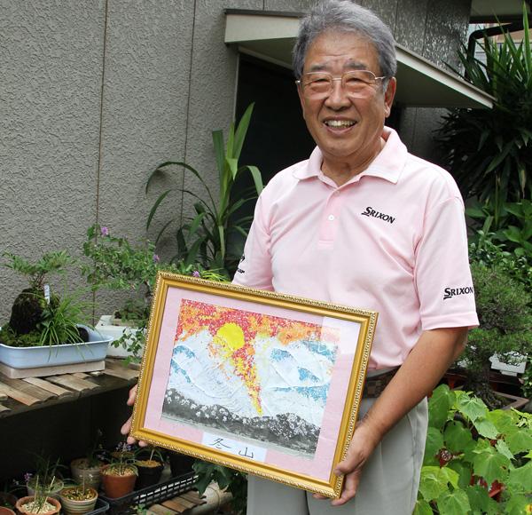 いつも笑顔が絶えなかった田原プロ。手にする貼り絵は一過性脳梗塞後にリハビリで作成(C)日刊ゲンダイ