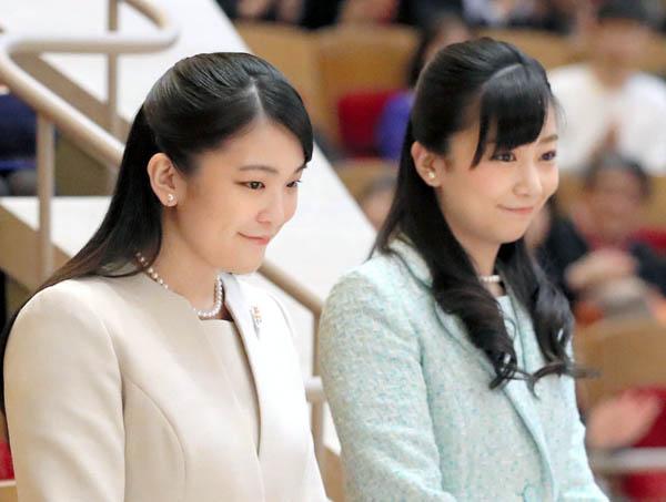 佳子さま(右)も眞子さまと同じ選択をしないとは限らない(C)共同通信社