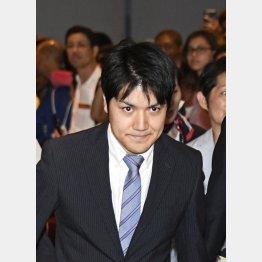 成田空港から米国に出発する小室圭さん(18年8月)/(C)共同通信社