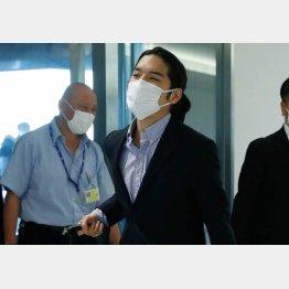 滞在先の米国から帰国した小室圭さん=27日午後、成田空港(C)日刊ゲンダイ