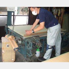 20年選手の機械で作業する高野周治さん(提供写真)