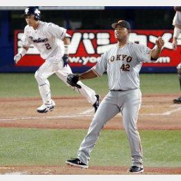 五回に中村(左)に先制適時二塁打を浴びるメルセデス(C)共同通信社