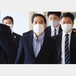 報道陣が待ち構える中、一時帰国した小室圭さん(C)日刊ゲンダイ
