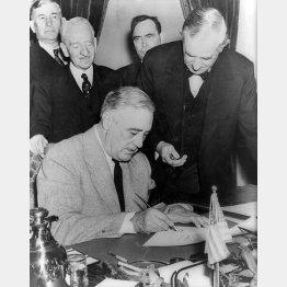 日本への宣戦布告文書にサインするルーズベルト。真珠湾攻撃の24時間後だった(C)World History Archive/ニューズコム/共同通信イメージズ