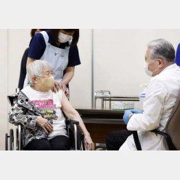 高齢者の8割が2回接種済みも…(C)共同通信社