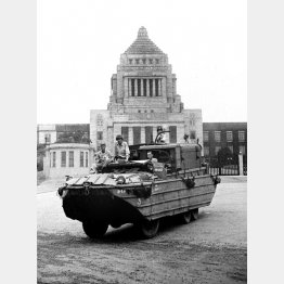 1945年9月8日、国会議事堂前を進む連合国軍の米水陸両用車。この日、進駐軍の第1陣として米陸軍第8軍の約8000人がジープやトラックで東京に入り代々木練兵場などに幕営した。マッカーサーの日本占領統治に向け、米大使館に星条旗を掲げ入所式を行った(C)共同通信社