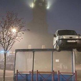 """バス停の上に白い車が! 仏西部の町で起きた""""珍事件""""の意外な真相"""