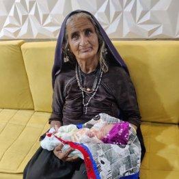 """「70歳で子供を授かりました!」インド西部に住む夫妻に""""コウノトリ""""が…"""