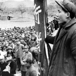 中国共産党の党員に演説する毛沢東(1939年)